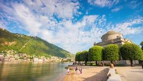 Lapso de tempo famoso Italia do panorama 4k da baía do tempio do museu de Alessandro volta do lago do como do dia de verão vídeos de arquivo
