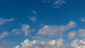 Lapso de tempo de HD das nuvens brancas do verão sobre o horizonte filme