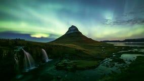 lapso de tempo 4K de Aurora Borealis sobre a montanha de Kirkjufell, Islândia video estoque
