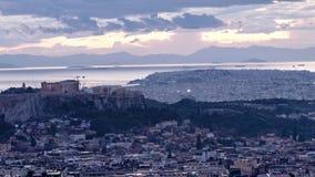 lapso de tempo 4k da acrópole e parte de Atenas vídeos de arquivo
