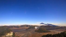 lapso de tempo 4K das estrelas sobre o vulcão de Bromo, East Java, Indonésia video estoque