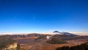 lapso de tempo 4K das estrelas sobre o vulcão de Bromo, East Java, Indonésia vídeos de arquivo