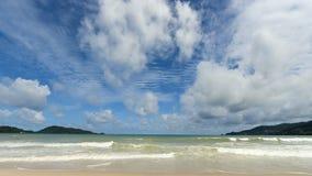 lapso de tempo 4K do céu azul com as nuvens na praia video estoque