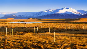 lapso de tempo 4K do nascer do sol sobre o campo de grama, Islândia vídeos de arquivo