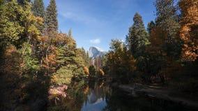 lapso de tempo 4k do vale de Yosemite com a meia abóbada no fundo video estoque