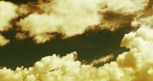 lapso de tempo 4k do voo inchado da massa da nuvem sob a luz solar dourada, céu, Tibet video estoque