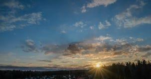 lapso de tempo 4k, nuvens no por do sol, por do sol bonito da mola vídeos de arquivo