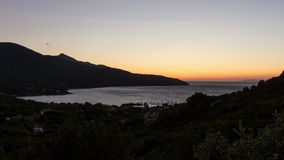 lapso de tempo 4K, por do sol de Procchio, d'Elba de Isola, Itália filme