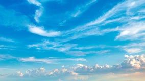 lapso de tempo 4k de rolar nuvens brancas inchados video estoque
