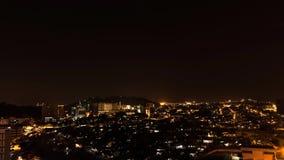 lapso de tempo largo da arquitetura da cidade das lentes 4K Timelapse de Kota Kinabalu, Malásia na noite video estoque