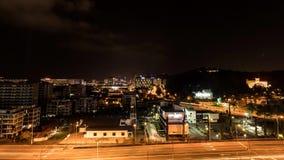 lapso de tempo largo da arquitetura da cidade das lentes 4K Timelapse de Kota Kinabalu, Malásia na noite vídeos de arquivo