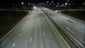 Lapso de tempo longo da exposição do tráfego da noite em Vilnius, Lituânia filme