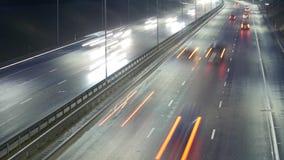 Lapso de tempo longo da exposição do tráfego da noite em Vilnius, Lituânia video estoque