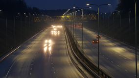 Lapso de tempo longo da exposição do tráfego da noite em Vilnius, Lituânia vídeos de arquivo
