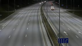 Lapso de tempo longo da exposição do tráfego ocidental da noite do desvio em Vilnius, Lituânia filme