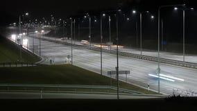 Lapso de tempo longo da exposição do tráfego ocidental da noite do desvio em Vilnius, Lituânia video estoque