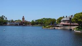 Lapso de tempo de Marrocos Pavillion e de naviga??o do barco do t?xi no lago azul em Epcot na ?rea de Walt Disney World Resort video estoque
