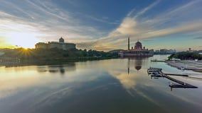 Lapso de tempo Nascer do sol bonito na mesquita de Putra, Putrajaya Mostrando umas nuvens móveis e em mudança da cor filme