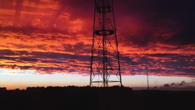 Lapso de tempo nebuloso vermelho de surpresa do céu do por do sol nuvens vermelhas dramáticas moventes rápidas no céu do por do s vídeos de arquivo