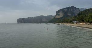 Lapso de tempo de nuvens de chuva sobre a praia e a paisagem do mar com barcos Tempestade tropical no oceano filme