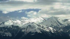 Lapso de tempo de nuvens de corrida sobre a escala de montanhas filme