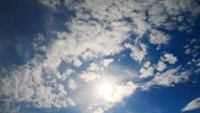 Lapso de tempo de nuvens de flutuação contra o céu azul Sun atrav?s das nuvens filme