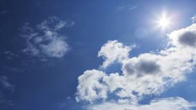 Lapso de tempo de nuvens tormentosos com o céu azul que passa perto