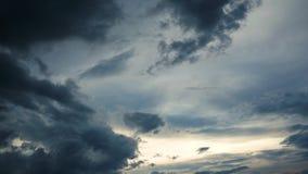 Lapso de tempo de nuvens tormentosos escuras após a chuva no por do sol, no rolamento e nas nuvens da construção filme