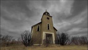 Lapso de tempo de nuvens tormentosos sobre uma igreja abandonada video estoque