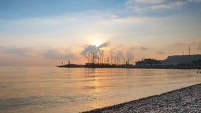Lapso de tempo O nascer do sol no seacoast o sol aumenta dos navios 4K vídeos de arquivo