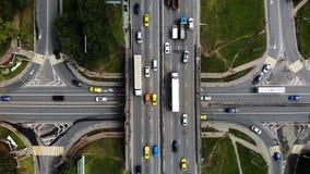 Lapso de tempo ou ideia aérea do hyperlapse da junção de estrada grande na cidade com carros, caminhões, ônibus video estoque