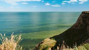 Lapso de tempo, paisagem selvagem do mar, onda e monte - conceito bonito da paisagem e do curso do verão, dia brilhante e céu com filme