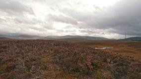 Lapso de tempo - prado escocês da montanha com pilões da energia filme