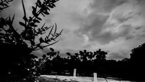Lapso de tempo preto e branco das nuvens filme