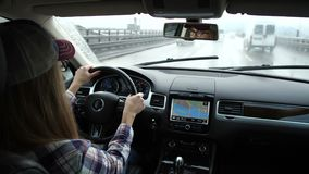 Lapso de tempo que conduz um carro através da cidade Atrás da roda de uma menina bonita 4K mo lento filme
