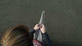 Lapso de tempo rápido do movimento rápido da notícia do jornal da leitura da mulher, vídeos de arquivo