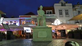 Lapso de tempo de restaurantes turísticos ocupados e de área das barras no centro de Cascais com arquitetura portuguesa tradicion vídeos de arquivo