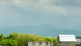 Lapso de tempo rural com as cabines rústicas contra montanhas video estoque