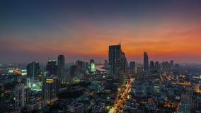 Lapso de tempo Tailândia do panorama 4k do rio da cidade da parte superior do telhado de Banguecoque do por do sol video estoque