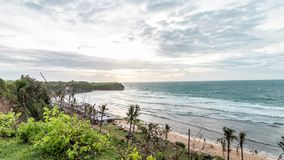Lapso de tempo tropical em uma praia de Balangan, ilha do por do sol da cena de Bali, Indonésia Vista do penhasco timelapse 4K vídeos de arquivo
