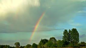 Lapso de tempo, um arco-íris bonito no céu 4k ProRes 10bit 4 2 2 video estoque