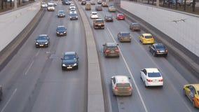 Lapso de tempo Um grande tráfego dos carros, ao longo das ruas da cidade video estoque