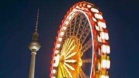 Lapso de tempo de uma roda de ferris e da torre da tevê de Berlim no mercado do Natal em Alexanderplatz em Berlim, Alemanha vídeos de arquivo