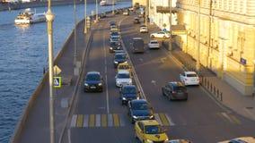 Lapso de tempo Vista da estrada e do rio da ponte pedestre A terraplenagem da cidade Por do sol O movimento dos carros vídeos de arquivo