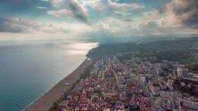Lapso de tiempo aéreo del panorama 4k de la playa de la bahía de la ciudad de Barcelona del día soleado España almacen de metraje de vídeo