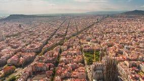 Lapso de tiempo aéreo del panorama 4k del familia de Sagrada del paisaje urbano de Barcelona del día España