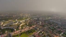 Lapso de tiempo aéreo del panorama 4k del paisaje urbano de Minsk del cielo de la salida del sol de la puesta del sol Bielorrusia almacen de video