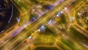 Lapso de tiempo aéreo del panorama 4k del tráfico del círculo del empalme de camino de la noche Minsk Bielorrusia metrajes