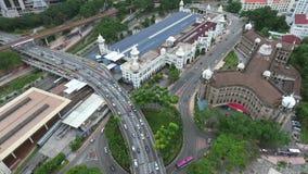 Lapso de tiempo aéreo escénico del camino ocupado del cruce giratorio en Kuala Lumpur, Malasia almacen de metraje de vídeo