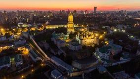 Lapso de tiempo aéreo Kiev-Pechersk Lavra con la iluminación Kyiv, Ucrania almacen de metraje de vídeo